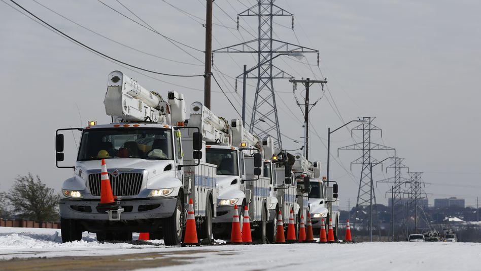 Eingefroren: Fahrzeuge des Wartungsdienstes an einer Stromleitung in Fort Worth, Texas
