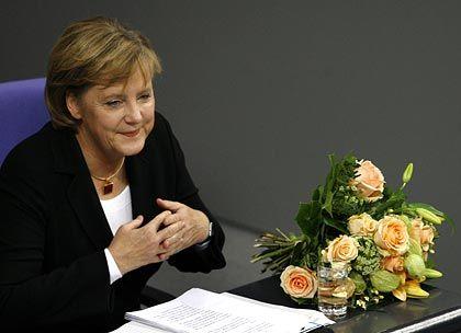 Blumen für Merkel: Die Opposition ging nach einem Jahr Schwarz-Rot weniger charmant mit der Kanzlerin um