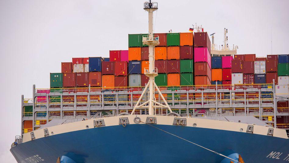 Containerschiff auf der Elbe: Die deutschen Exporte zogen im Juni stark an