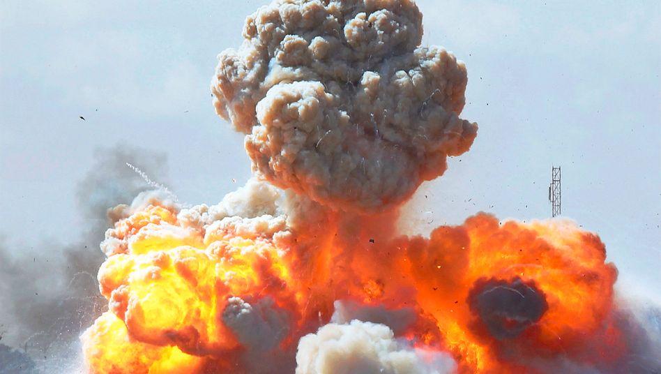 Treffer: Fahrzeuge Gaddafi-treuer Truppen explodieren nahe Bengasi