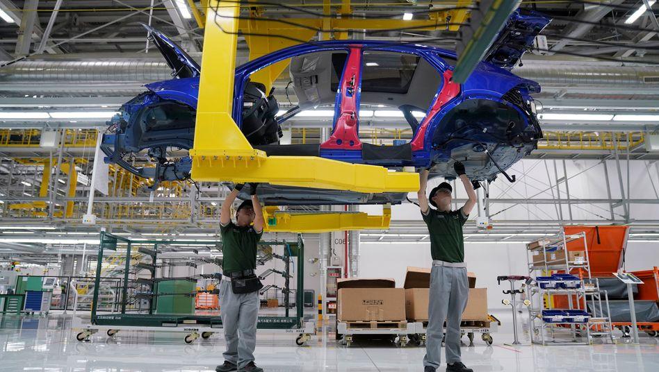 Arbeiter in einem Werk von Jaguar Land Rover
