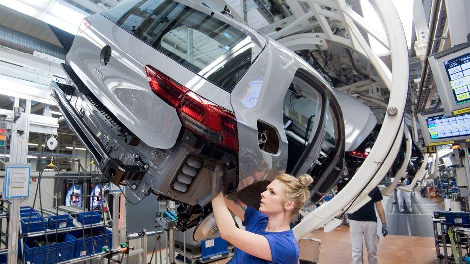 Hunderttausende Betriebe in Deutschland haben Kurzarbeit angemeldet: Allein bei Volkswagen sollen in der Corona-Krise rund 80.000 Beschäftigte in Deutschland in Kurzarbeit gehen.