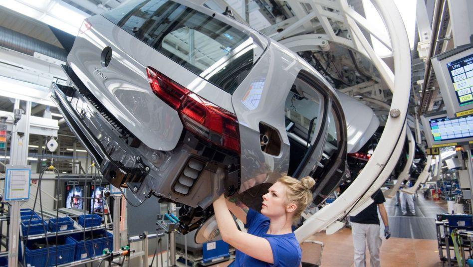 Golf 8-Produktion bei VW in Wolfsburg: Bundesarbeitsminister Hubertus Heil erwägt die Zahlung von Kurzarbeitergeld, sollte es im Zuge der Corona-Krise zu Lieferengpässen und Arbeitsausfällen kommen.