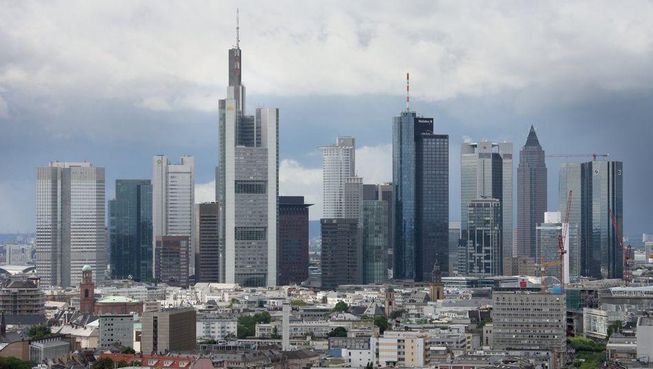 Bankenmetropole Frankfurt: Die Institute müssen womöglich viele Gebühren an Kunden zurückzahlen