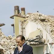 Gipfel zwischen Trümmern: Berlusconi in L'Aquila