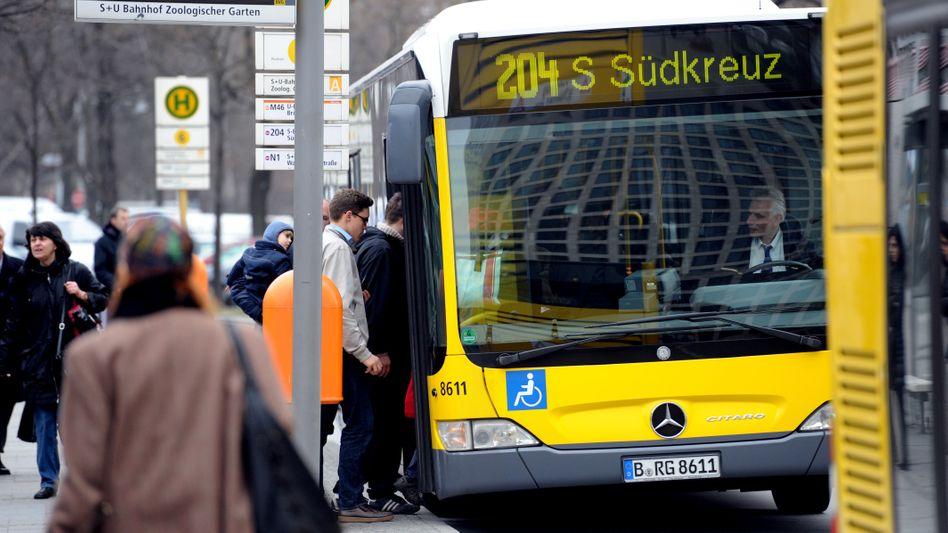 Bushaltestelle in Berlin: Der Bund erwägt zusammen mit Ländern und Kommunen einen kostenlosen öffentlichen Nahverkehr
