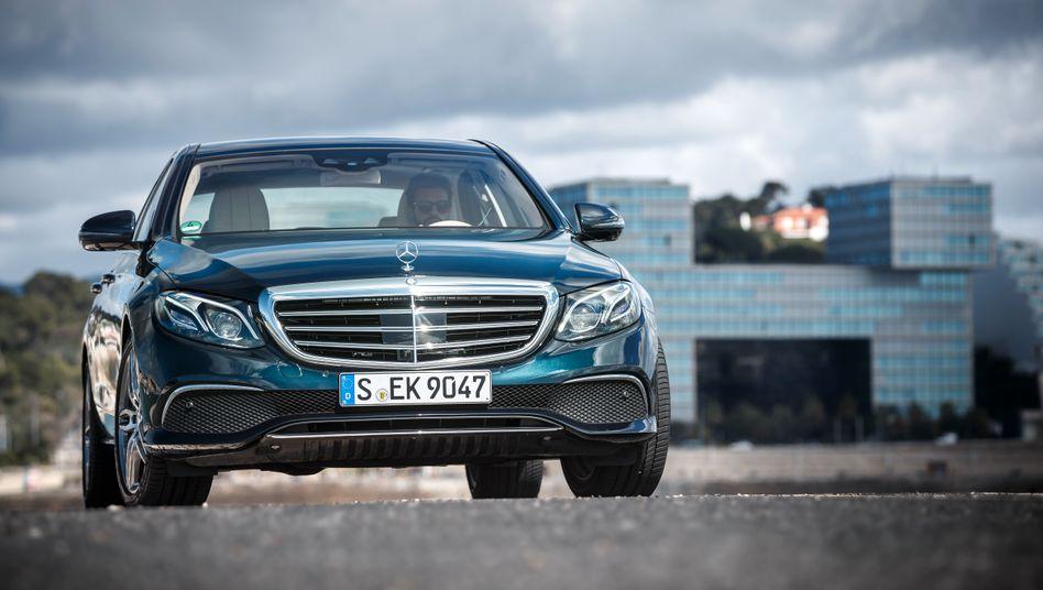 Mercedes E-Klasse: Der Autokonzern Daimler, der Industriekonzern Siemens und die Allianz dürften 2017 die höchsten Dividenden im Dax zahlen