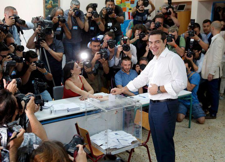 """Geniest noch einmal den Medienauflauf bei der Stimmabgabe, nutzt den Moment noch einmal, um die Griechen von einem """"Nein"""" zu den Sparbeschlüssen zu überzeugen: Ministerpräsident Alexis Tsipras in Athen"""