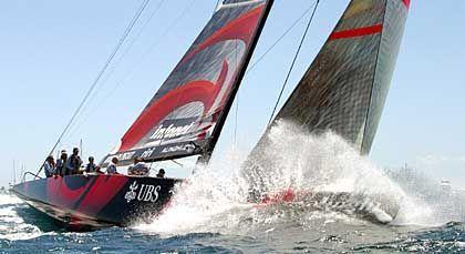 """Wellenreiter: Die """"Alinghi"""" mit einem Manöver vor dem Start zum ersten Rennen"""