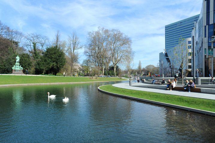 Am nördlichen Ende der Düsseldorfer Königsallee verspricht der Hofgarten eine Ruhepause vom Shopping-Trubel.
