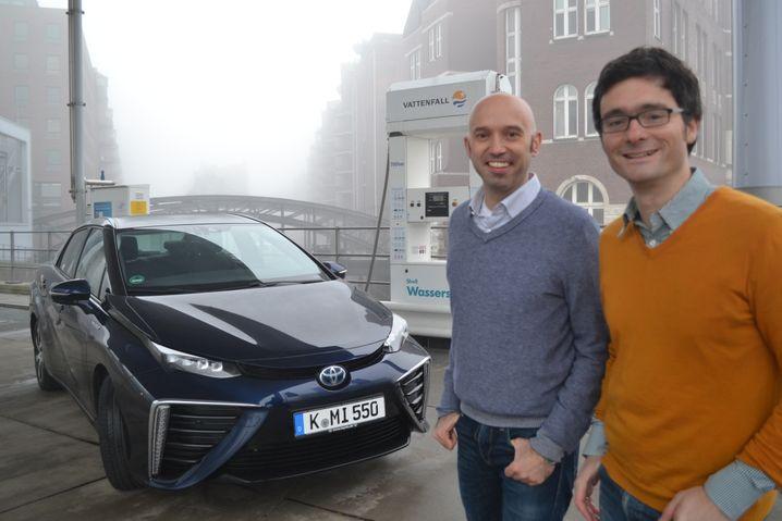Toyota Mirai im nebligen Hamburg (mit den mm-Redakteuren Wilfried Eckl-Dorna und Nils-Viktor Sorge, v.l.): 500 Kilometer weit mit Wasserstoff