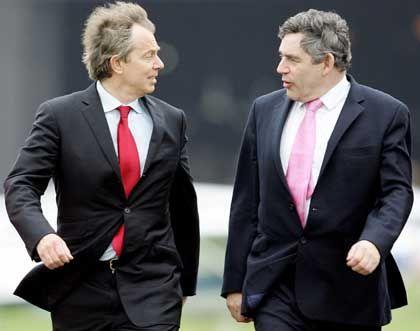 Alter und neuer Premier: Brown (r.), designierter Nachfolger Blairs, will Gewinne aus Beteiligungen stärker besteuern