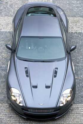 Wo stecken die Waffen? James-Bond-Autos, das wissen Cineasten aus Erfahrung, starren nur so vor Raketen oder Maschinengewehren. Auch bei diesem Exemplar gibt es reichlich Öffnungen, hinter denen sich Schwerkalibriges verbergen könnte