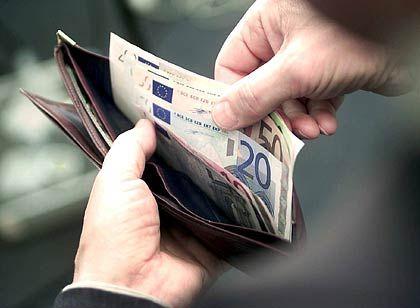 Es wird weniger: Den Bürgern bleibt durch eine steigende Abgabenlast weniger im Geldbeutel, warnt der Steuerzahlerbund