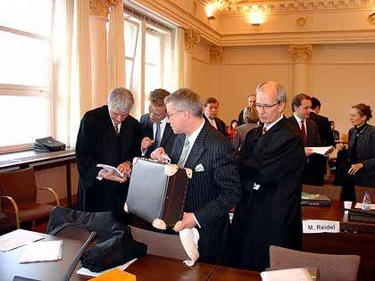 Koffer auspacken: Rechtsanwalt Gerhard Strate (l.) und Kollege Thomas Bliwier