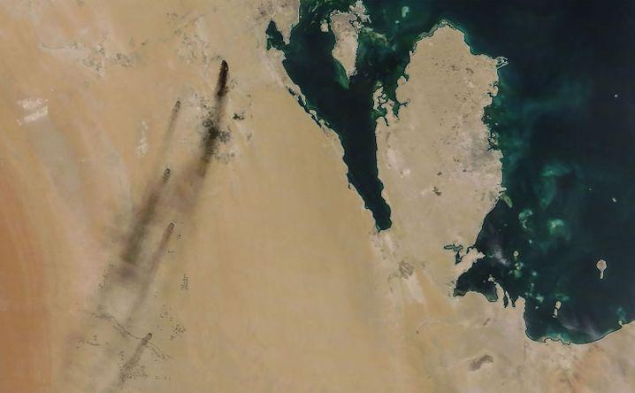 Wie sichtbare Folgen: Rauch der brennenden Öl-Produktionsanlagen in Saudi-Arabien.