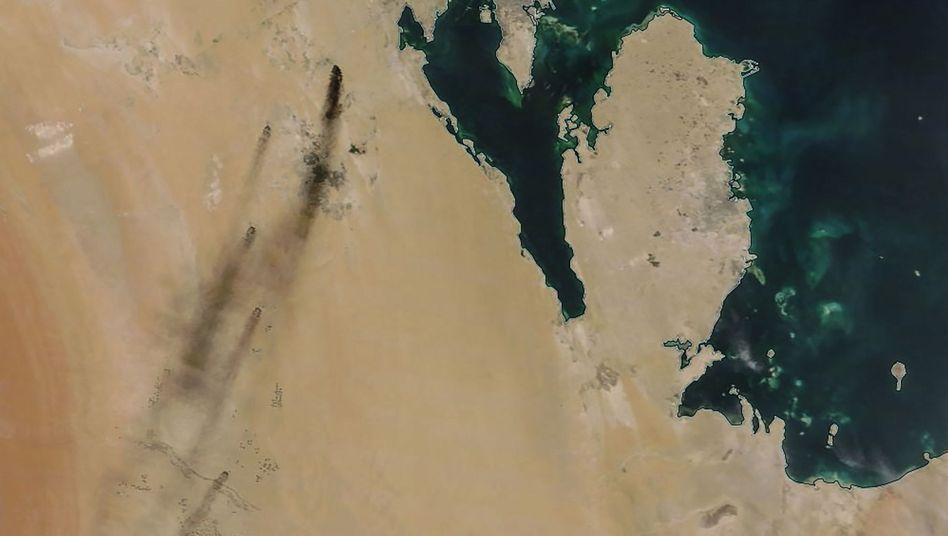 Brennende Ölraffinerie von Saudi-Aramco (links im Bild, Nasa Aufnahme aus dem All): USA halten Iran für den Initiator der Drohnenangriffe