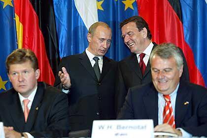 Enge Verbindung: Schröder, Putin, Eon-Chef Wulf Bernotat (r) und Gasprom-Lenker Alexej Miller bei der Unterzeichnung des Vertrages zum Bau der Ostsee-Pipeline 2005