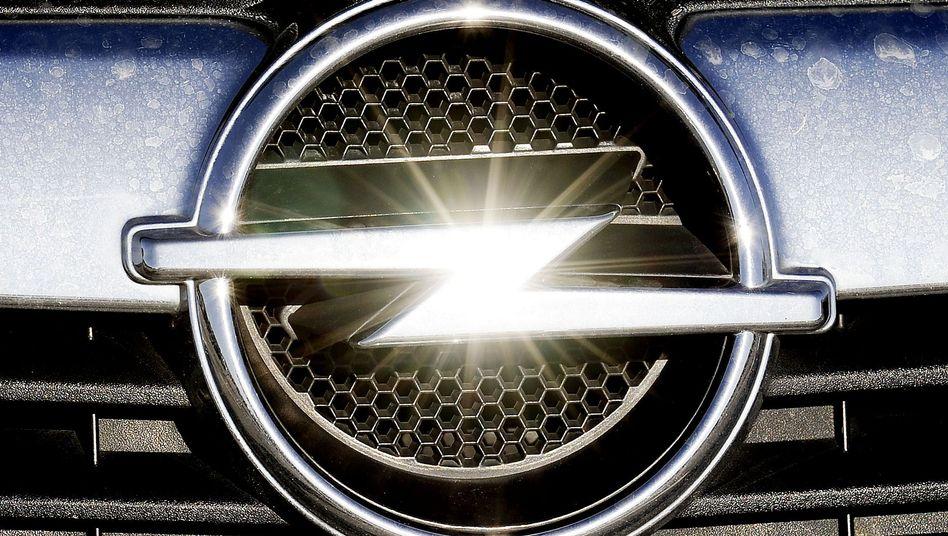 Opel-Logo: Der Blitz soll unter Peugeot-Ägide wieder glänzen, doch die Opel-Mutter GM stellt harte Bedingungen bei Patenten und Lizenzen