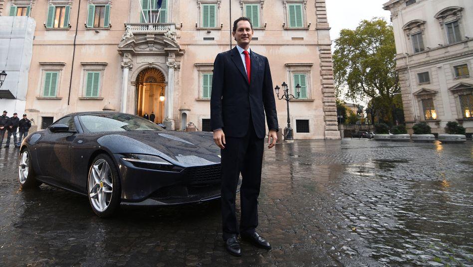 """Chefpilot: Für John Elkann und die Familienholding Exor ist Ferrari die """"wertvollste Firma"""" im Portfolio. Für Fotografen posierte der Clanchef bei der Modellvorstellung des Roma 2019 im Regen, passenderweise in Rom."""
