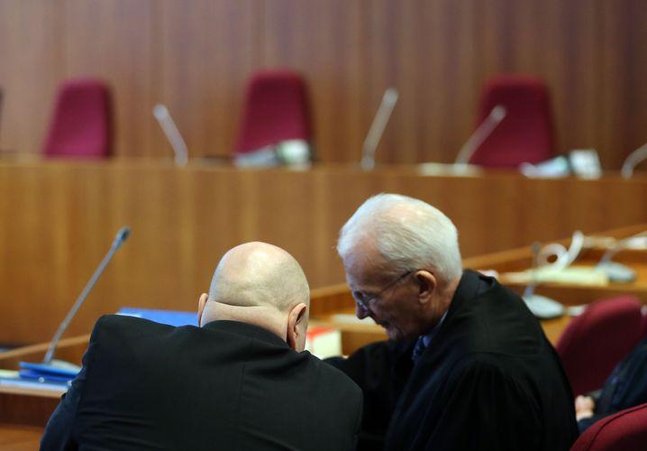 Klaus Bath (links) im Gespräch mit seinem Anwalt: Der ehemalige Vorstandschef von Teldafax kommt mit einer Bewährungsstrafe davon