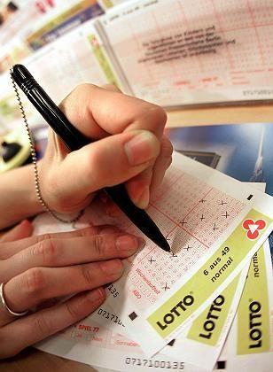 Tippscheine: Sie soll es nach dem Willen des Kartellamtes künftig nicht mehr nur in einer staatlichen Lottoannahmestelle geben. Die Länder wollen dagegen ihr Monopol ausbauen.