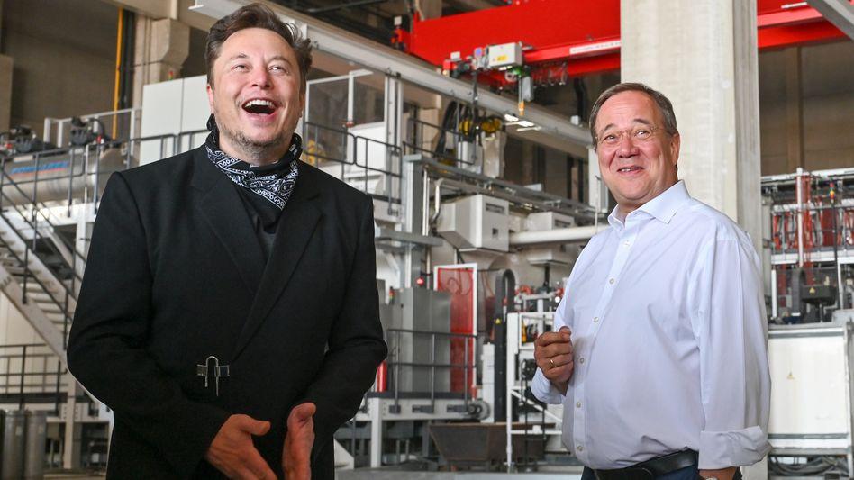 """Armin Laschet und Elon Musk am Freitag in Grünheide: """"Wir müssen entfesseln. Die Fesseln, die im Moment Entscheidungen hemmen, müssen weg"""""""