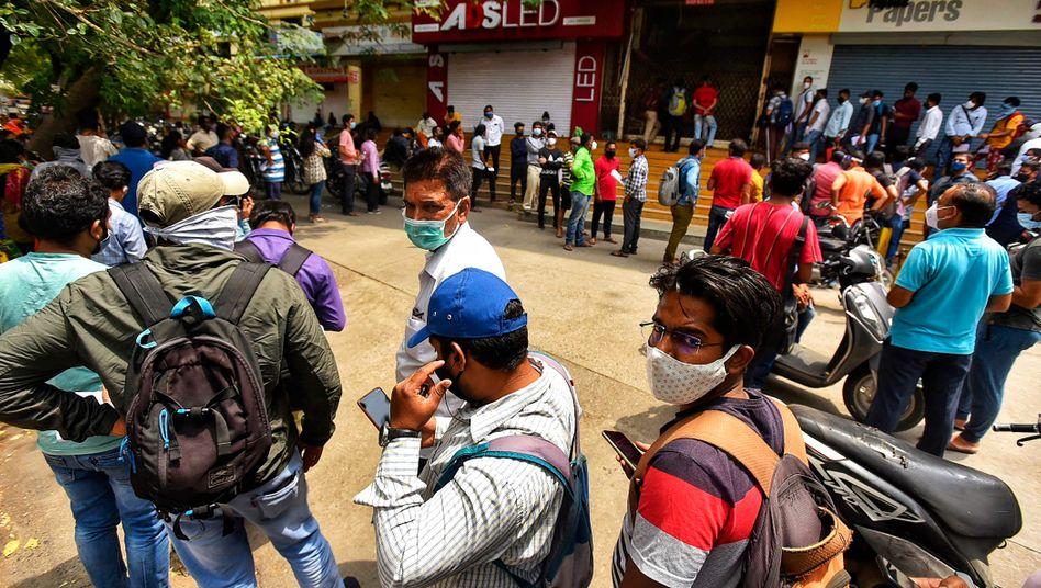 Hotspot: Warteschlange für das Corona-Medikament Remdesivir vor dem Büro des Apothekerverbands in der westindischen Millinonenstadt Pune