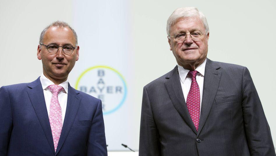 Bayer-CEO Werner Baumann (l.) und Aufsichtsratsvorsitzender Werner Wenning bei der Hauptversammlung im Mai 2018