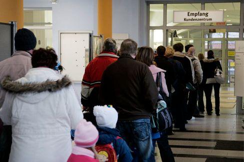 Andrang in der Agentur für Arbeit: Bundesregierung fürchtet hohe Arbeitslosenzahl