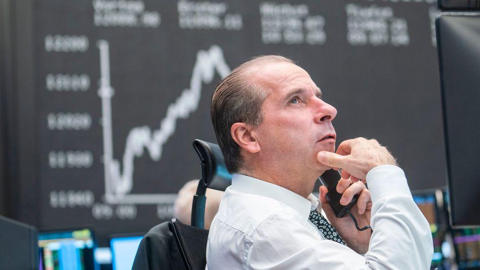Börsianer in Frankfurt: Zum Wochenende überwiegt am Aktienmarkt die abwartende Haltung