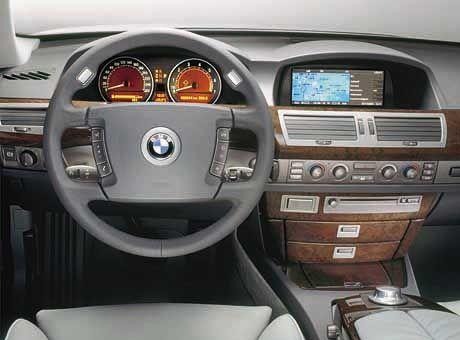Immer mehr US-Amerikaner fühlen sich in einem BMW-Cockpit heimisch: Der aktuelle 7er BMW aus Fahrersicht