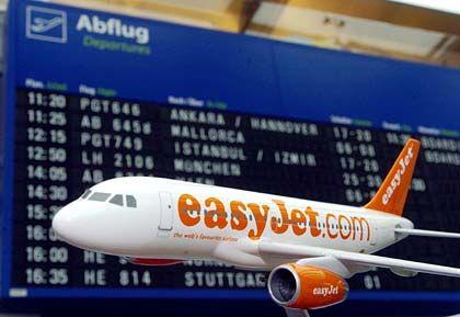 Flugzeugmodell vor der Anzeigentafel auf dem Flughafen Dortmund: Sonderkonditionen für EasyJet in der Kritik