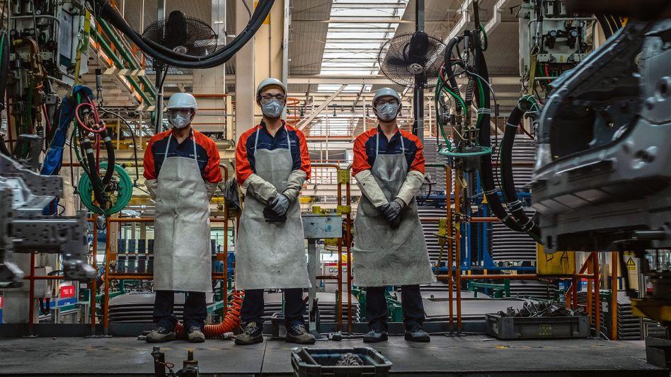 Qualifiziert und flexibel: Mitarbeiter im Montagewerk des chinesischen Automobilkonzerns Geely in Beilun