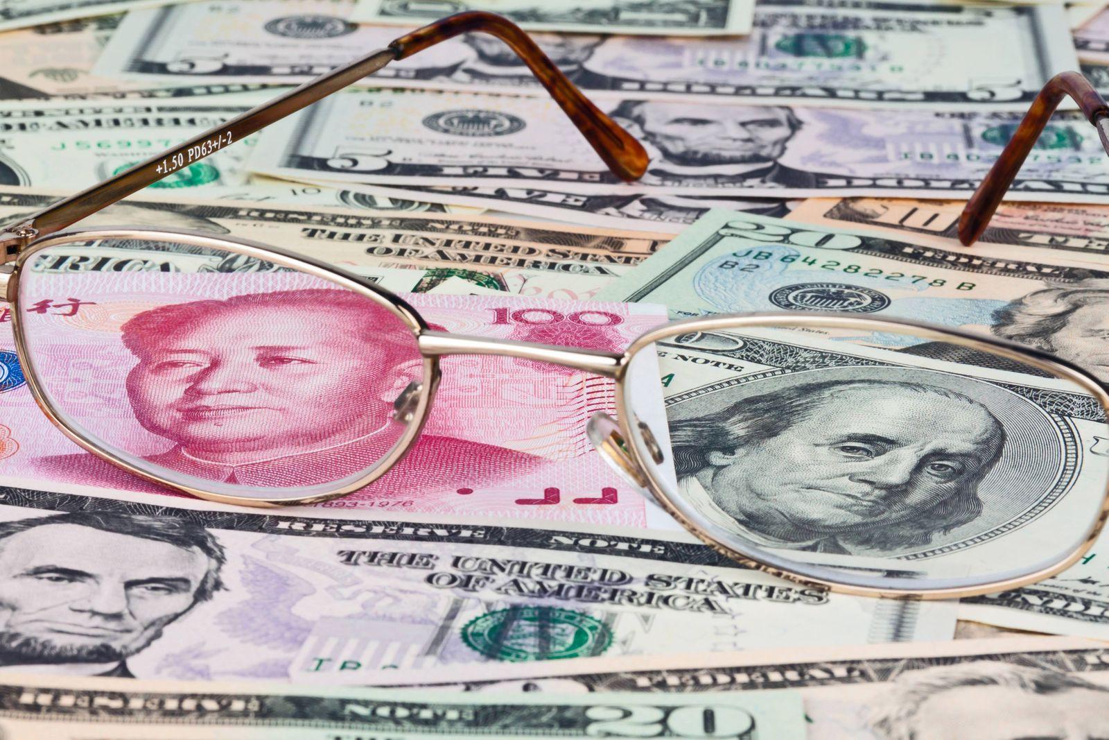 Chinesische W‰hrung Yuan und amerkinaische Dollar Geldscheine McPBBO McPBBO