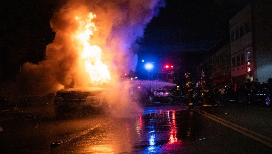 Brennendes Polizeiauto in Brooklyn: Erneut ist es in verschiedenen US-Metropolen zu Ausschreitungen gekommen