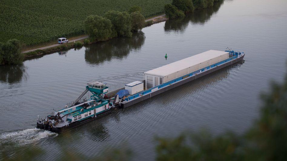 Castor-Transportschiff bei Neckarwestheim: In den Castor-Behältern wird hoch radioaktiver Abfall transportiert. Die Atomkonzerne kaufen sich nun von dem Endlager-Risiko frei