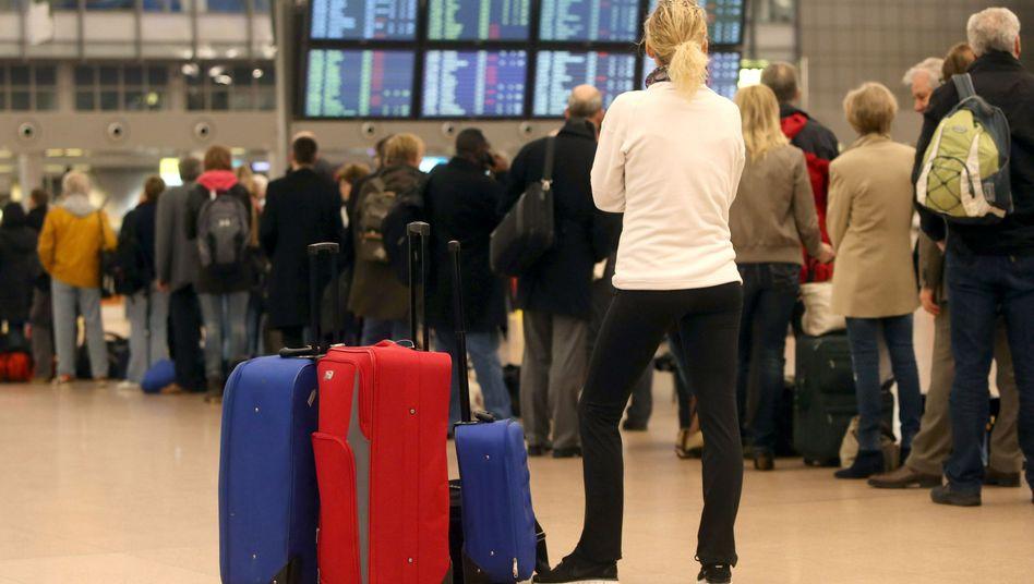 Flughafen Hamburg: Wie auf den Airports in Nordrhein-Westfalen war es in Hamburg zu erheblichen Verzögerungen bei der Fluggastabfertigung und zahlreichen Flugausfällen gekommen