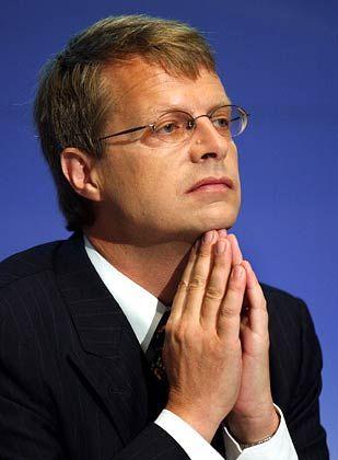 """Peter A. Wuffli Group-CEO UBS Gesamtbezüge 2004: 18,5 Mio. Euro (Stoxx-Durchschnitt: 5,9 Mio. Euro) Eigenkapitalrendite nach Eigenkapitalkosten: +15,1% (Stoxx: +10,1%) Wertschöpfung nach Eigenkapitalkosten: +7,9% (Stoxx: +1,3%) Gesamtbezüge-Platzierung im Stoxx-Vergleich: Rang 1 """"Pay for Performance""""-Platzierung im Stoxx-Vergleich: Rang 22"""