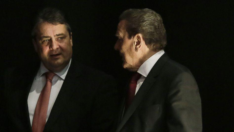 Ex-Sozialdemokraten: Sigmar Gabriel (l.) mit Gerhard Schröder beim SPD-Parteitag 2015