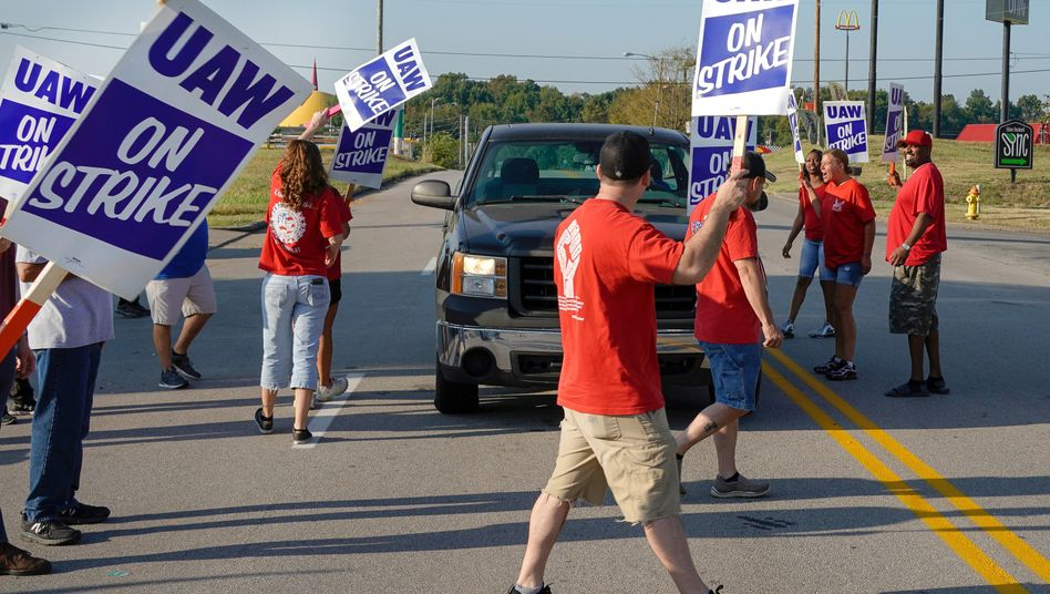 Arbeiter der US-Autogewerkschaft UAW protestieren Mitte September 2019 mit Schildern auf der Straße.