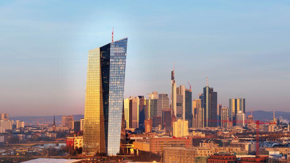 Aufpasser: Gebäude der Europäischen Zentralbank vor dem Frankfurter Bankenviertel