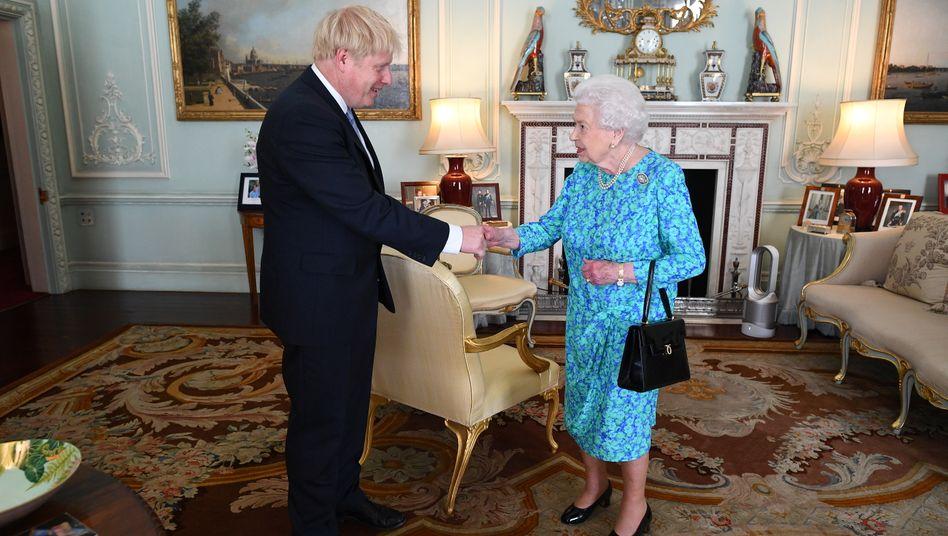 Britischer Premier Boris Johnson mit Queen Elizabeth II.: Johnson hat für die Zwangspause die Zustimmung der Queen bekommen