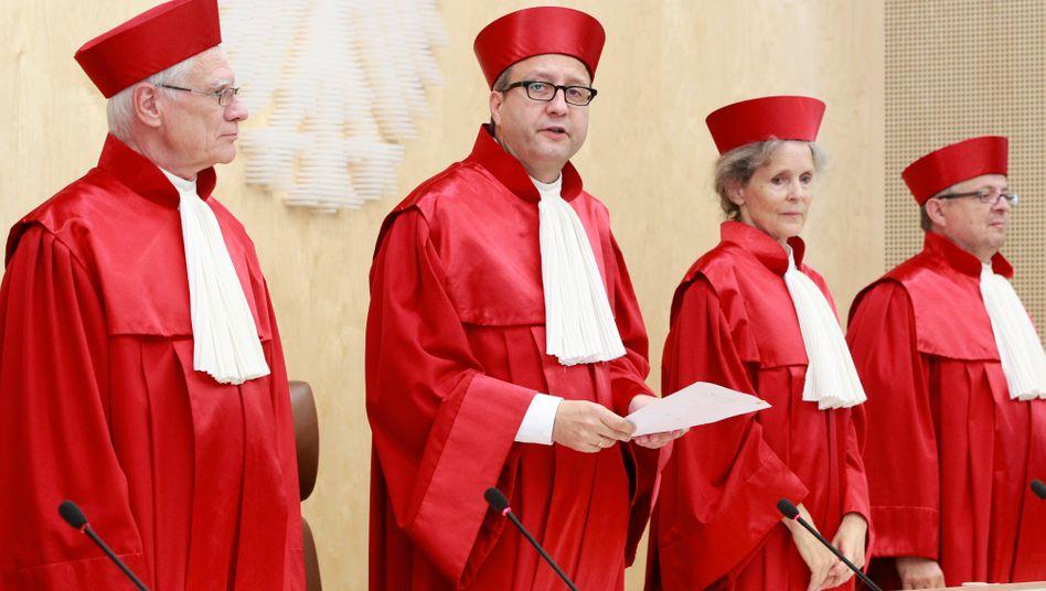 Bundesverfassungsgerichts-Präsident Andreas Vosskuhle (2. v. l.): Mehrheit der Bundesbürger hofft auf seine Ablehnung des ESM-Vertrags, Europa hofft auf seine Zustimmung