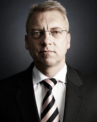 Nieding: Anwalt in Sachen Anlagerecht. Seit 1994 arbeitet er in der Kanzlei Nieding + Barth. Mit Sozietäten wie Coughlin Stoia Geller Rudman & Robbins LLP in den USA bestehen Kooperationen - insgesamt nach eigenen Angaben mit über 600 Kanzleien weltweit.