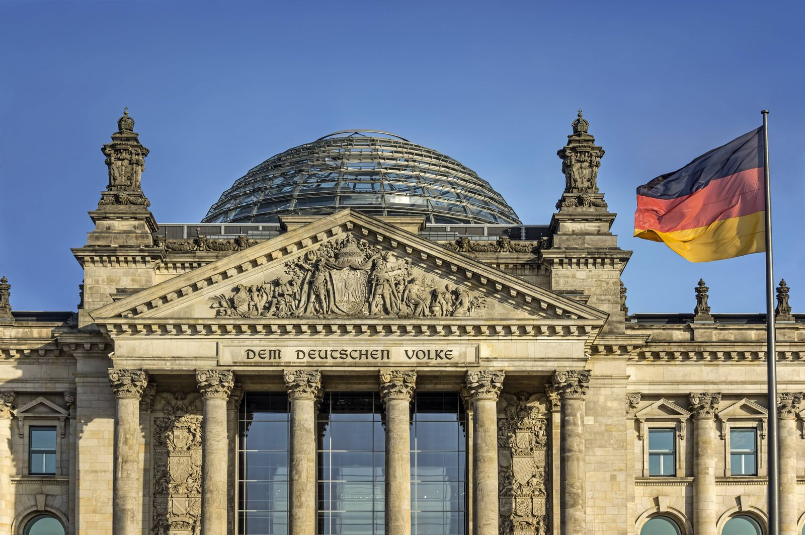 Germany, Berlin, Reichstag building with German flag PUBLICATIONxINxGERxSUIxAUTxHUNxONLY JHEF00038