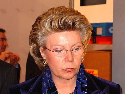 Skeptisch: EU-Kommissarin Viviane Reding sucht im Future-Store nach wettbewerbsverzerrenden Komponenten