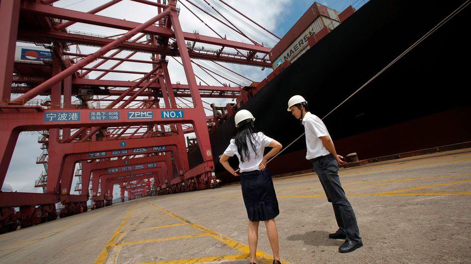 Da tut sich nun wieder was: Mitarbeiter im Containerhafen der chinesischen Stadt Ningbo