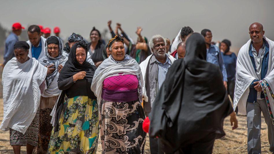 Trauernde Angehörige an der Absturzstelle nahe Bishoftu, Äthiopien