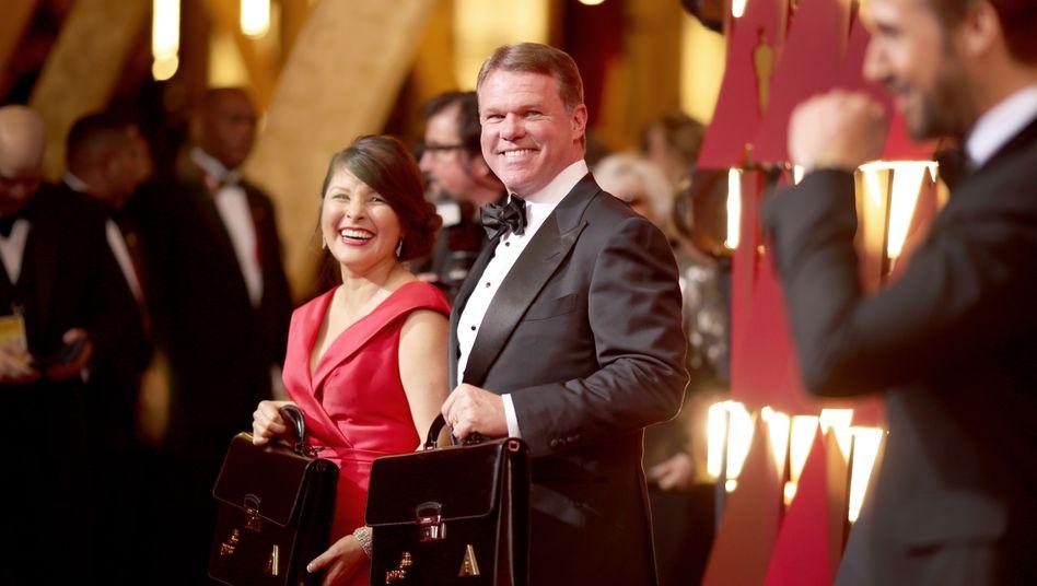 Bester Laune - vor der Show: Martha Ruiz (l.) und Brian Cullinan (mit Tasche) von PwC bringen die Umschläge mit den Namen der Oscar-Gewinner zur Gala - später löste ein Fehler Cullinans mittleres Chaos auf der Oscar-Bühne aus